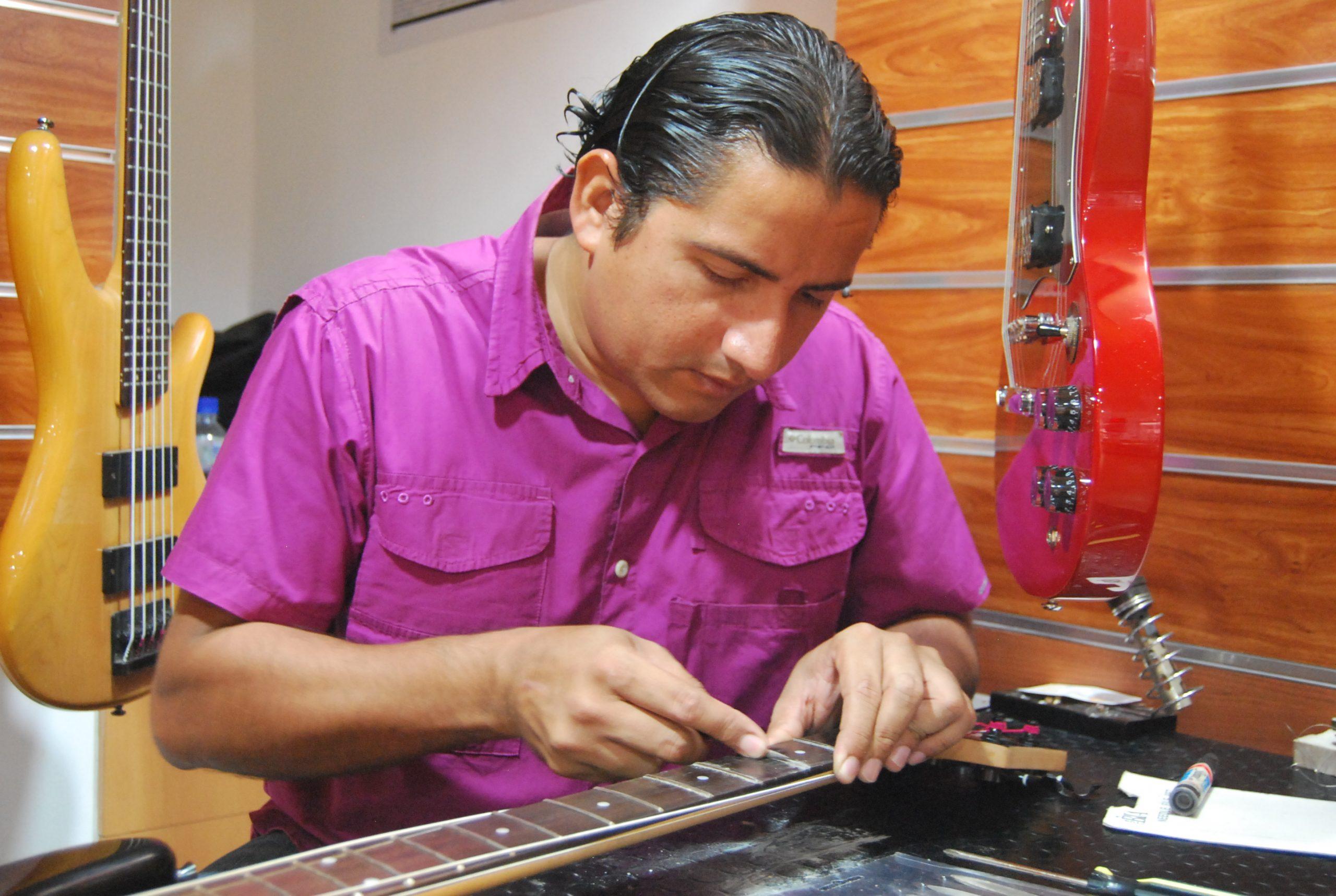 Lutería y reparación de instrumentos de cuerdas.